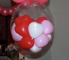 Балон пълен с малки балончета и конфети