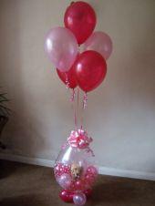 Подарък в балон и балони надути с хелий