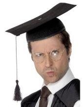 Университетска шапка с четвъртита плоскост над главата  - Абсолвент